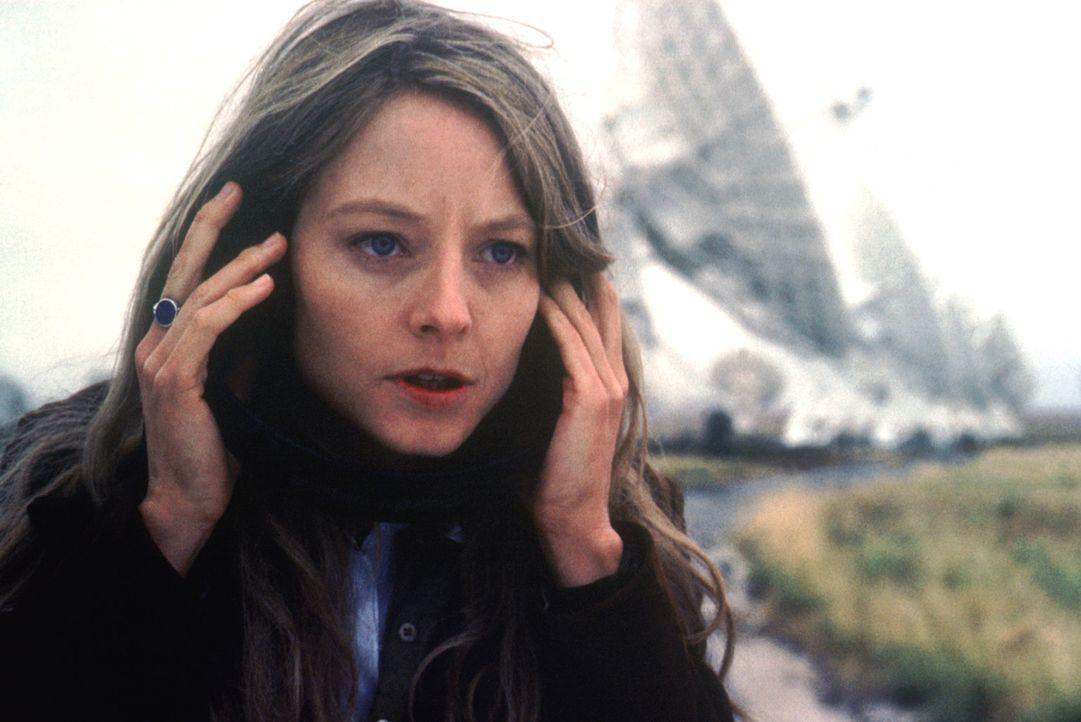 Die Astronomin Ellie (Jodie Foster) empfängt ein Radiosignal aus dem All, das keines natürlichen Ursprungs sein kann: der Beweis für intelligente... - Bildquelle: Warner Bros. Pictures