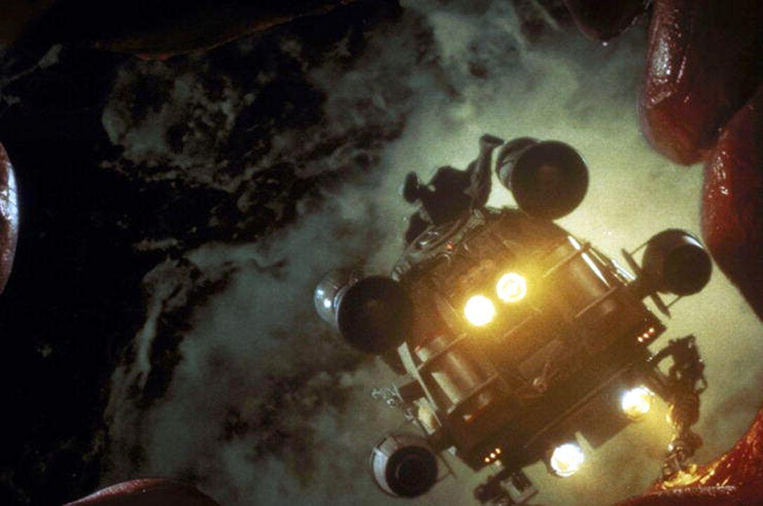 Im Kampf mit fremden Organen: Tuck irrt in einer Mini-Raumkapsel in den Adern eines Supermarkt-Angestellten herum. Sofort nimmt er zu seinem unfreiw... - Bildquelle: Warner Bros.