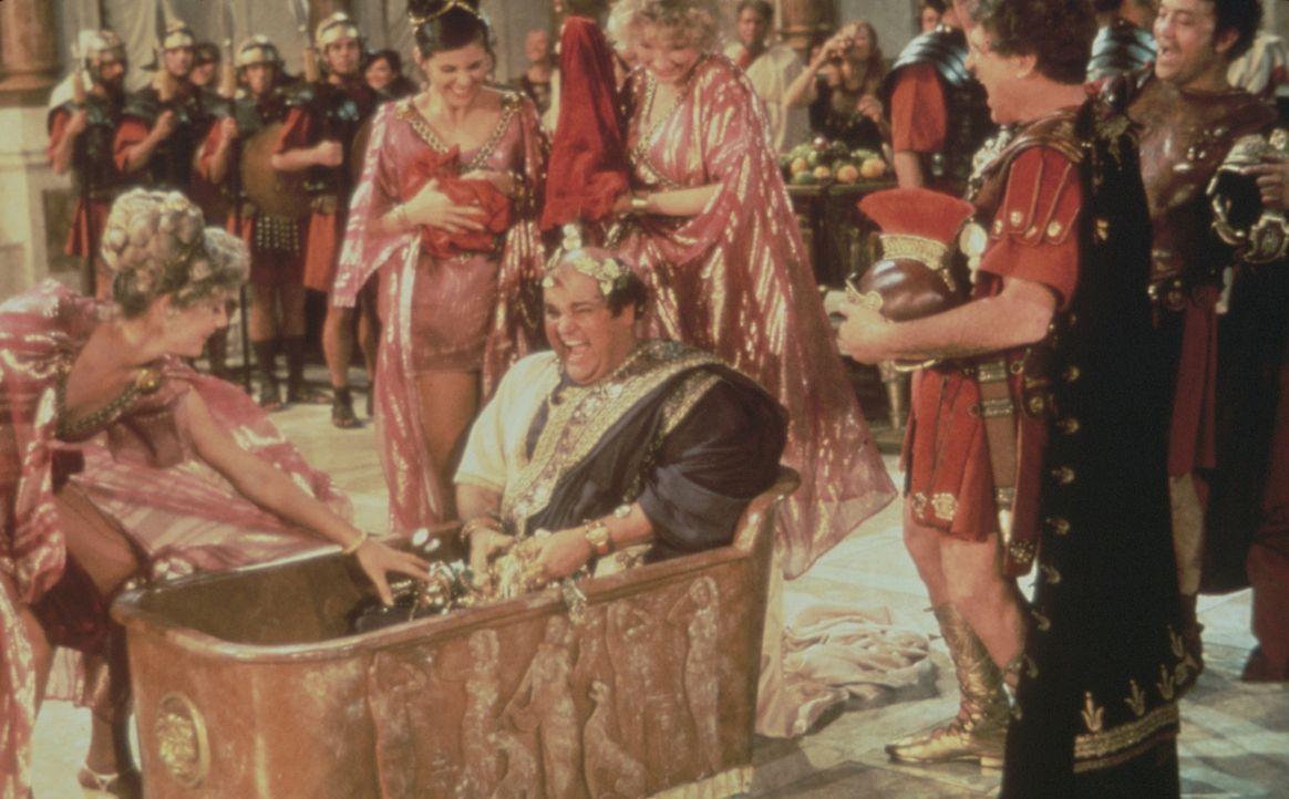 Antike Wannenfreuden: Kaiser Nero (Dom DeLuise, M.) geht mit Pauken und Trompeten baden ... - Bildquelle: Brooksfilms Ltd.