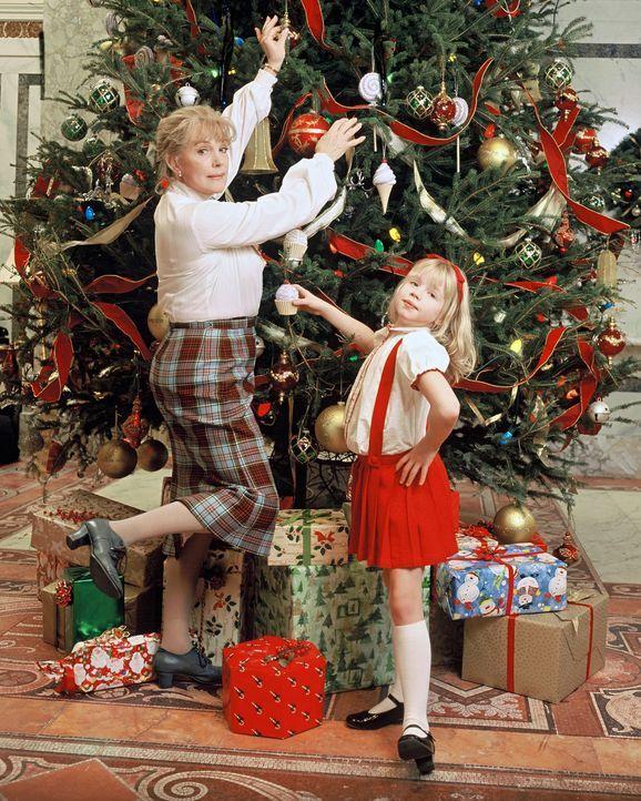 Weihnachten im Plaza Hotel: Eloise (Sofia Vassilieva, r.) und ihre Nanny (Julie Andrews, l.) ... - Bildquelle: DiNovi Pictures