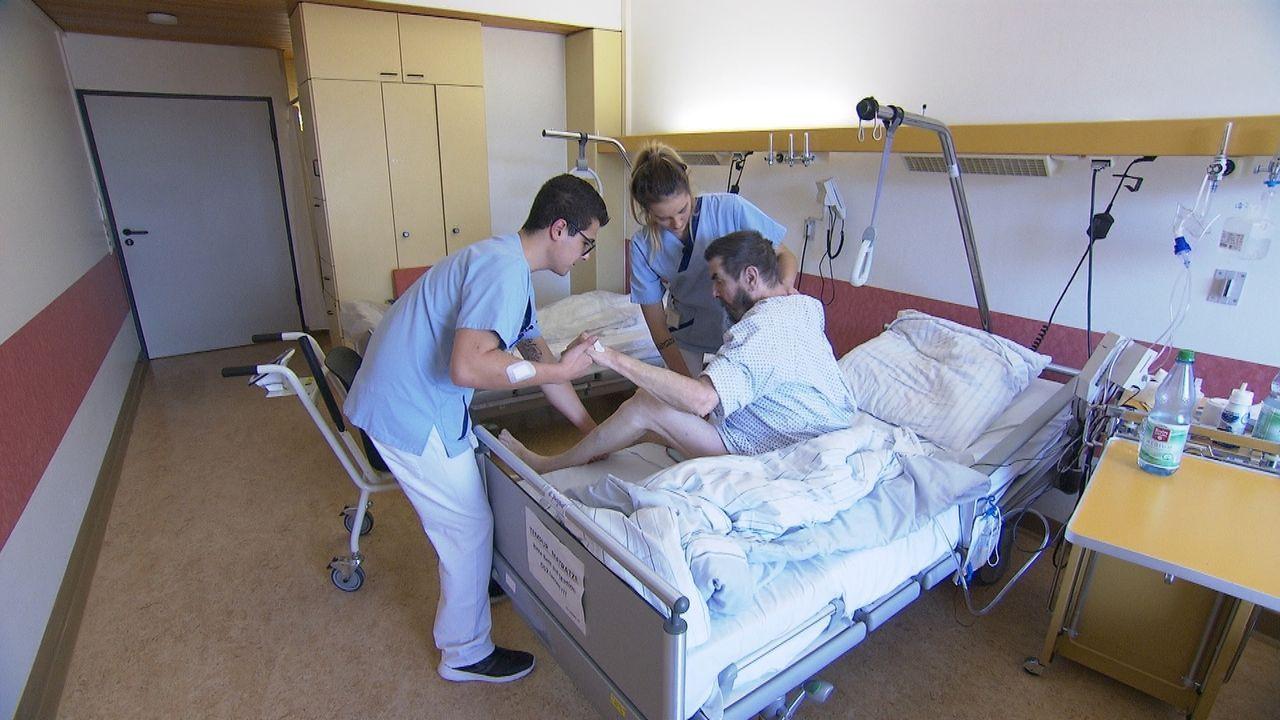 Der hilfbereite und fröhliche Pflegeschüler Alessandro Nappi (l.) bringt ein Lächeln auf die Station und kümmert sich liebevoll um seine Patienten.... - Bildquelle: kabel eins