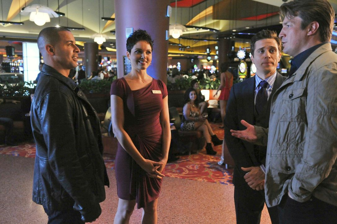 In Atlantic City werden Castle (Nathan Fillion, r.), Ryan (Seamus Dever, 2.v.r.) und Esposito (Jon Huertas, l.) von der attraktiven Nadine Espinoza... - Bildquelle: 2011 American Broadcasting Companies, Inc. All rights reserved.