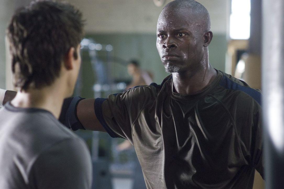Ein Trainer, der keine Schläger, sondern disziplinierte Sportler formt: Free Fight-Coach Jean Roqua (Djimon Hounsou, r.) duldet nicht, dass Jake (S... - Bildquelle: 2008 Summit Entertainnment N.V.  All rights reserved.