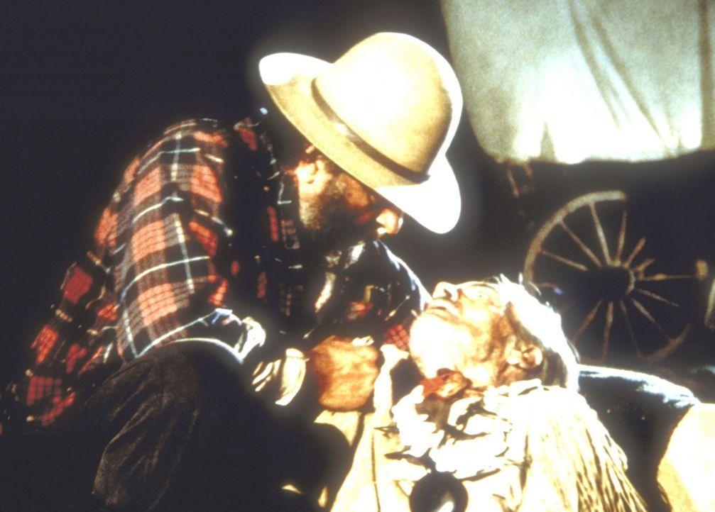 """Der alte """"Buffalo Bill"""" (Eddie Quillan, r.) bittet Isaiah (Viktor French, l.), für sein kleines Mädchen zu sorgen. - Bildquelle: Worldvision"""