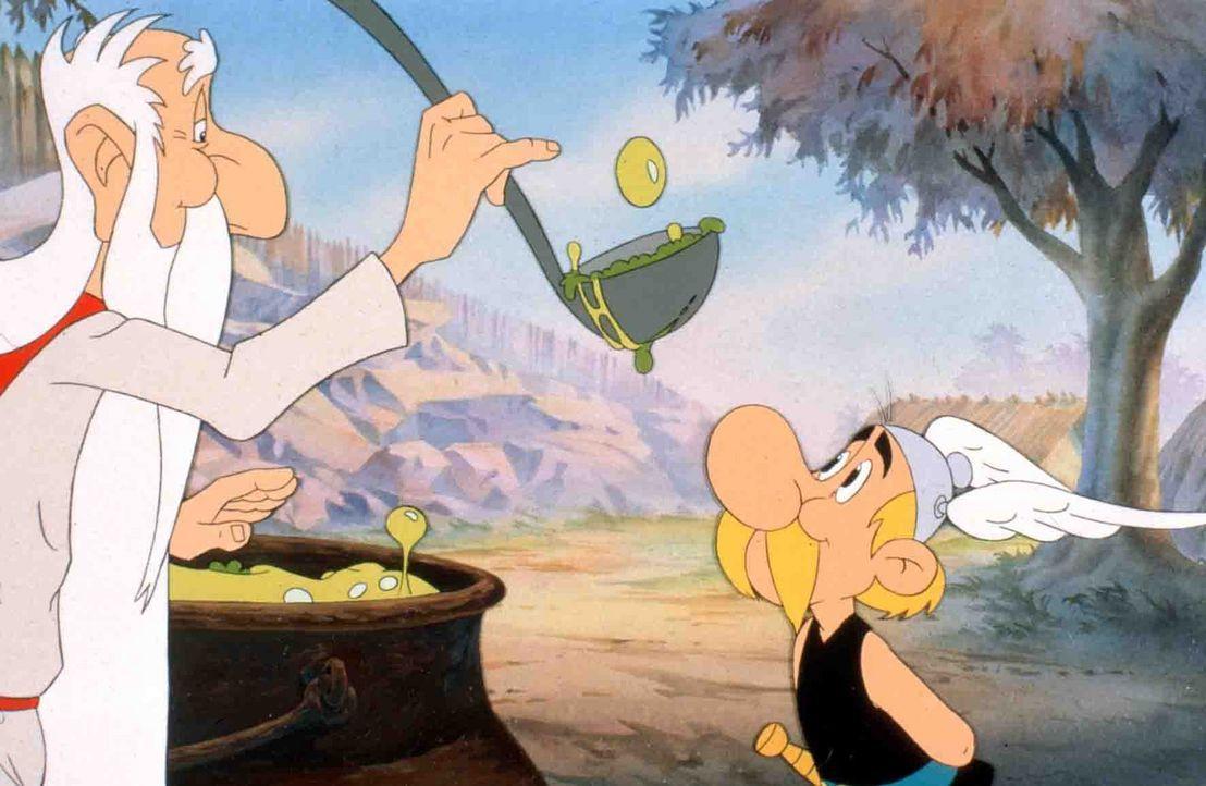 Druide Miraculix (l.) verteilt wieder den Zaubertrank und Asterix (r.) freut sich darüber ... - Bildquelle: Jugendfilm-Verleih GmbH