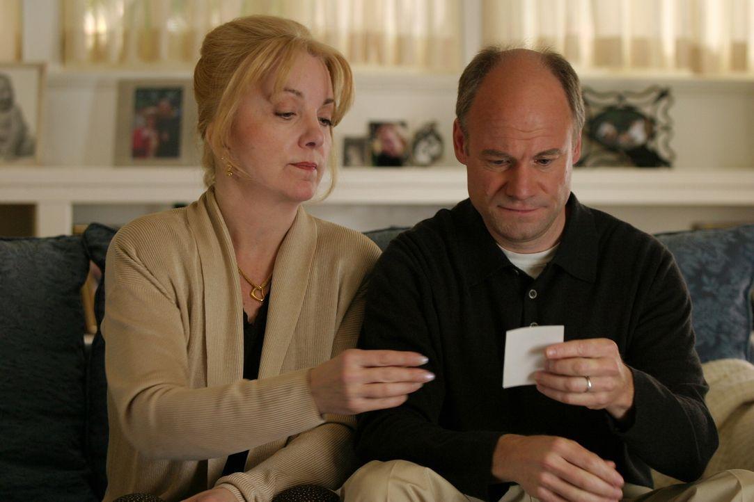 Die Detectives zeigen Carol (Lee Garlington, l.) und P. J. Prosser (Jim Meskimen, r.) ein Foto der im Jahre 1992 ermordeten Vanessa ... - Bildquelle: Warner Bros. Television