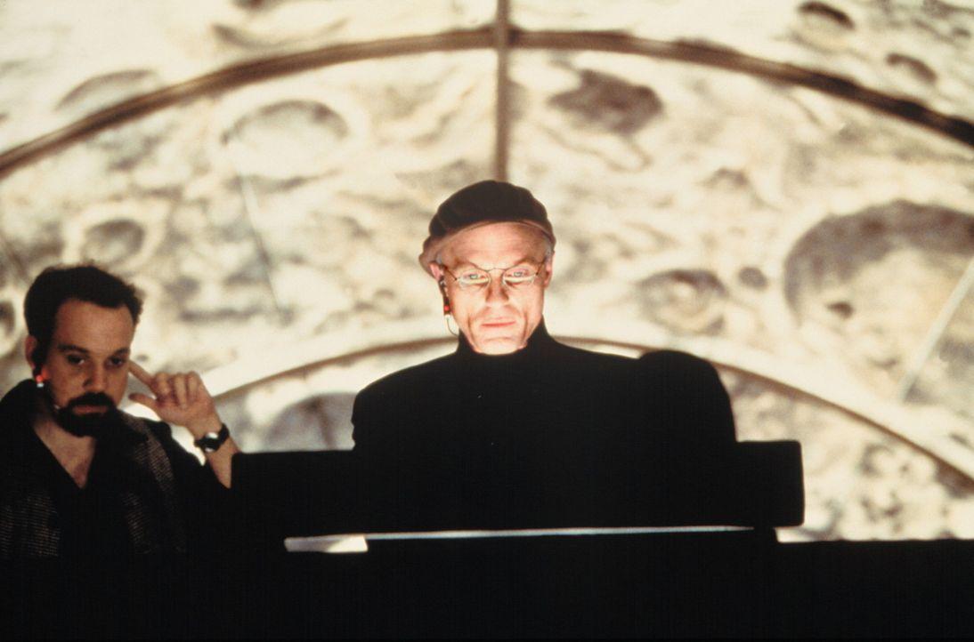 Der Verantwortliche der Truman Show ist Christof (Ed Harris, r.), Erfinder, Produzent und Regisseur. Alle Darsteller sind Schauspieler, nur der Star... - Bildquelle: Paramount Pictures