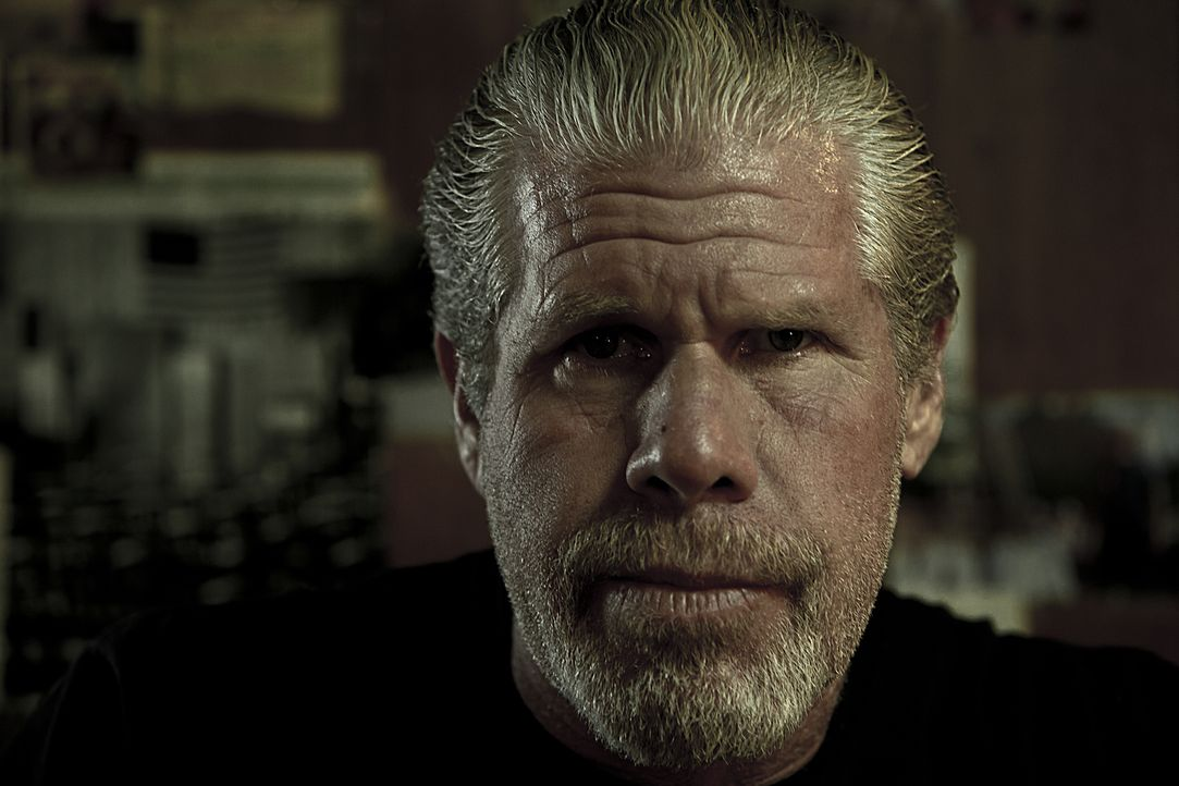 (4. Staffel) - Vor seinem Ausscheiden aus dem Club will Clay (Ron Perlman) noch einige lukrative Geschäfte abschließen und bringt damit alle in Gefa... - Bildquelle: 2011 Twentieth Century Fox Film Corporation and Bluebush Productions, LLC. All rights reserved.