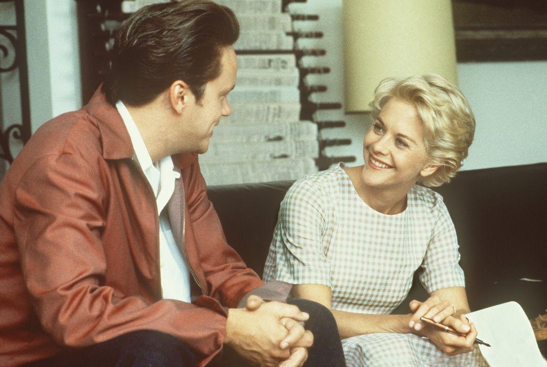 Als der Automechaniker Ed (Tim Robbins, l.) sich als Nachwuchs-Physiker ausgibt, sieht die intellektuelle Catherine (Meg Ryan, r.) ihn mit ganz ande... - Bildquelle: Paramount Pictures