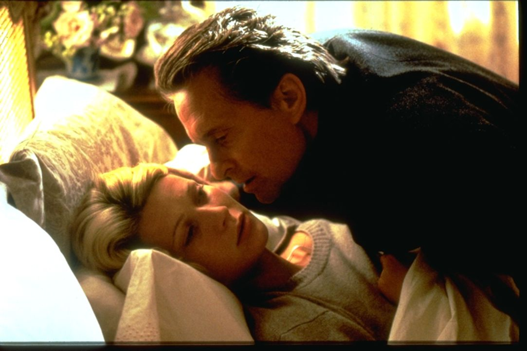 Der Industrielle Steven Taylor (Michael Douglas, r.) plant einen raffinierten Mordanschlag auf seine Frau, die Millionenerbin Emily Bradford (Gwynet... - Bildquelle: Warner Brothers International Television Distribution Inc.