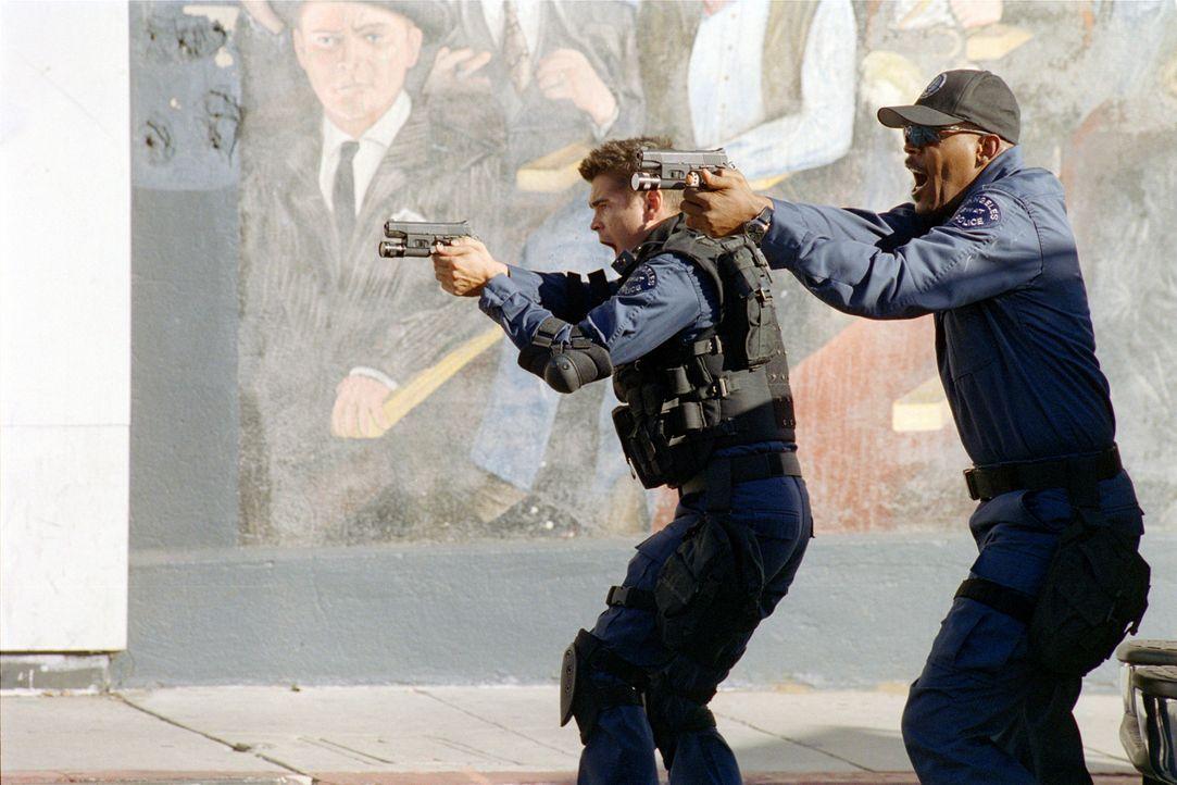 Nach vielen Vorbereitungen werden Hondo (Samuel L. Jackson, r.) und Street (Colin Farrell, l.) mit dem Gefangenentransport eines europäischen Droge... - Bildquelle: 2004 Sony Pictures Television International. All Rights Reserved.
