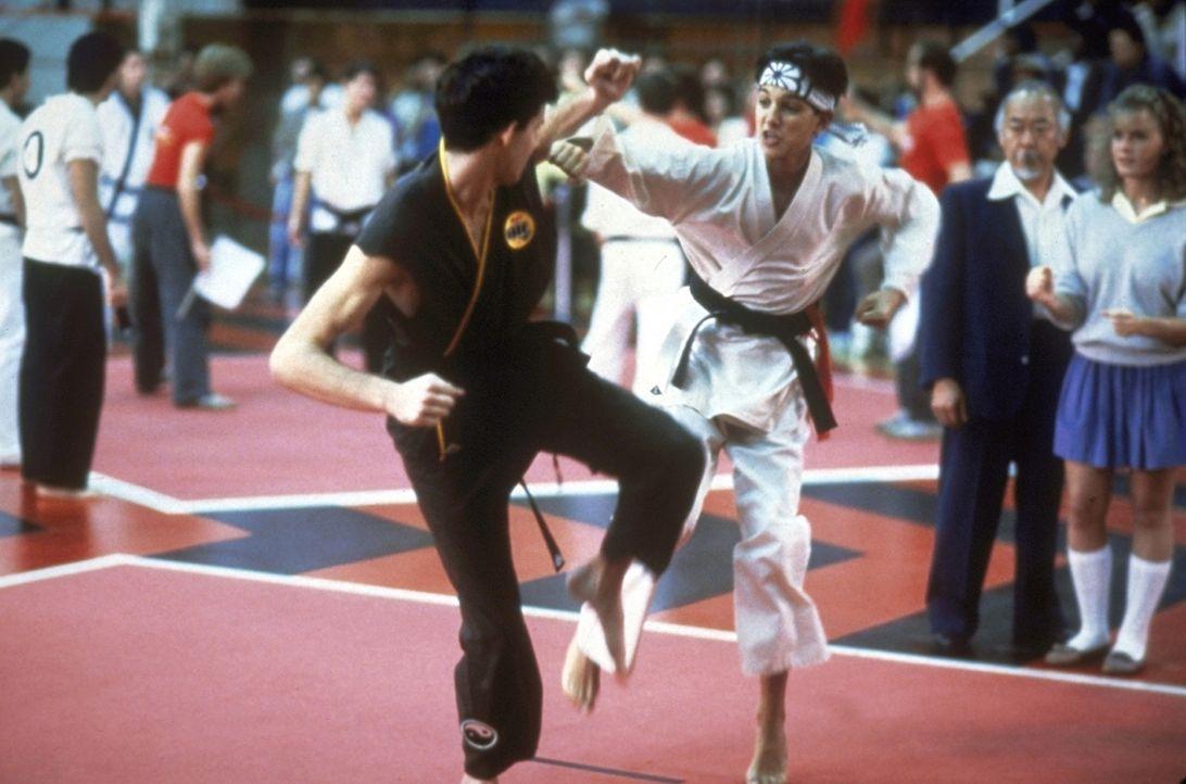 Turnier der Entscheidung: Daniel (Ralph Macchio, 3.v.r.) stellt sich den Schülern des brutalen Karatelehrers Kreese ... - Bildquelle: Columbia Pictures