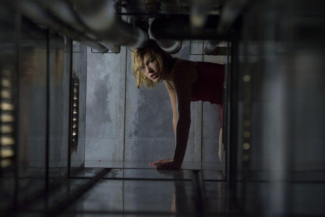Alice (Milla Jovovich) kämpft nicht nur gegen die Umbrella Corporation, sondern auch gegen zahlreiche Klone von ihr selbst ... - Bildquelle: Constantin Film