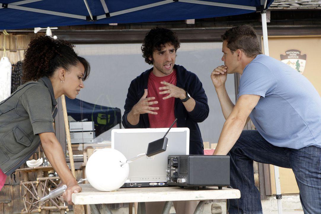 Charlie (David Krumholtz, M.), Colby (Dylan Bruno, r.) und Nikki (Sophina Brown, l.) ermitteln in einem neuen Fall. Gemeinsam wollen sie den Mord an... - Bildquelle: Paramount Network Television