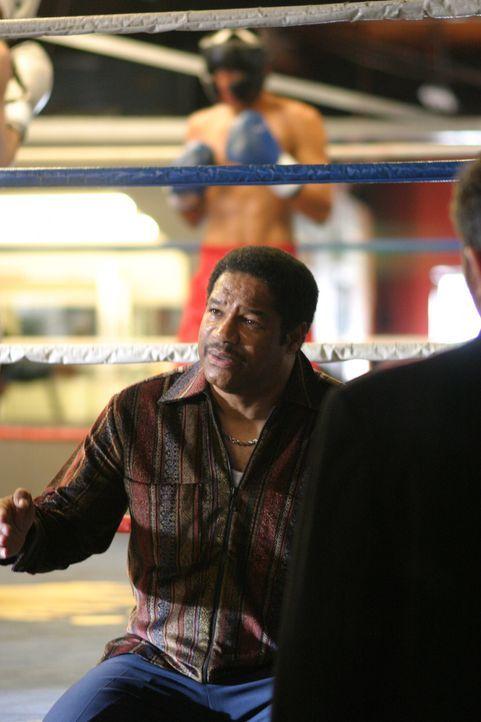 Weiß Maurice Banks (Dean Martin) vielleicht mehr darüber, was 1976 im Boxring geschah? - Bildquelle: Warner Bros. Television