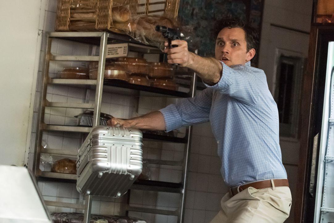 Als Carrie und Al ihn stellen möchten, droht Jordan (Graham Sibley) damit, alle Kunden mit dem radioaktiven Isotop, das er den terrorverdächtigen Bä... - Bildquelle: Jeff Neumann 2015, 2016 Sony Pictures Television Inc. All Rights Reserved. / Jeff Neumann