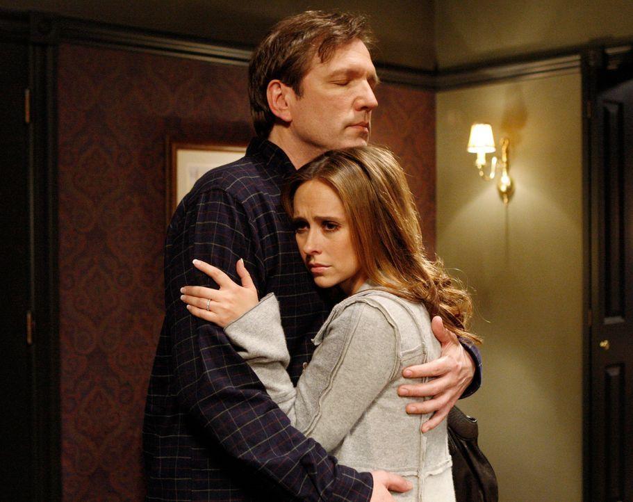Melinda (Jennifer Love Hewitt, r.) ist froh, als ihr Vater Tom (Martin Donovan, l.) plötzlich auftaucht. Doch sie spürt, dass er ihr irgendetwas ver... - Bildquelle: ABC Studios