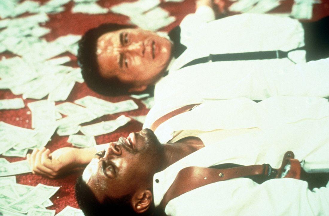 Eigentlich soll James Carter (Chris Tucker, vorne) Inspektor Lee (Jackie Chan, hinten) von den Ermittlungen des FBIs fernhalten. Doch er verfolgt ei... - Bildquelle: New Line Cinema