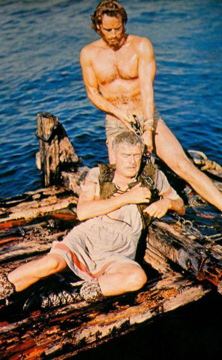 Ben Hur (Charlton Heston, r.) rettet den römischen Feldherrn Quintus Arrius (Jack Hawkins, l.) vor dem Ertrinken ... - Bildquelle: Metro-Goldwyn-Mayer (MGM)