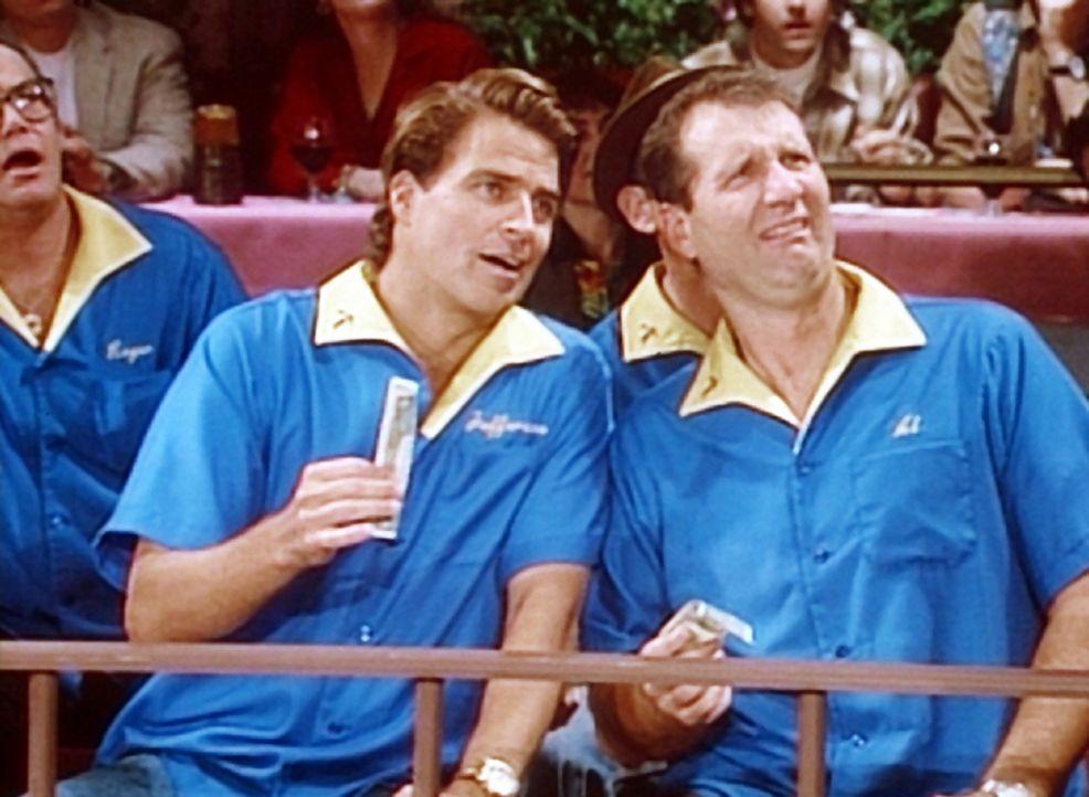Jefferson (Ted McGinley, 2.v.l.) und Al (Ed O'Neill, r.) wollten sich eigentlich in ihrer Nacktbar vergnügen - doch die ist zu einem Dichtercafé u... - Bildquelle: Columbia Pictures