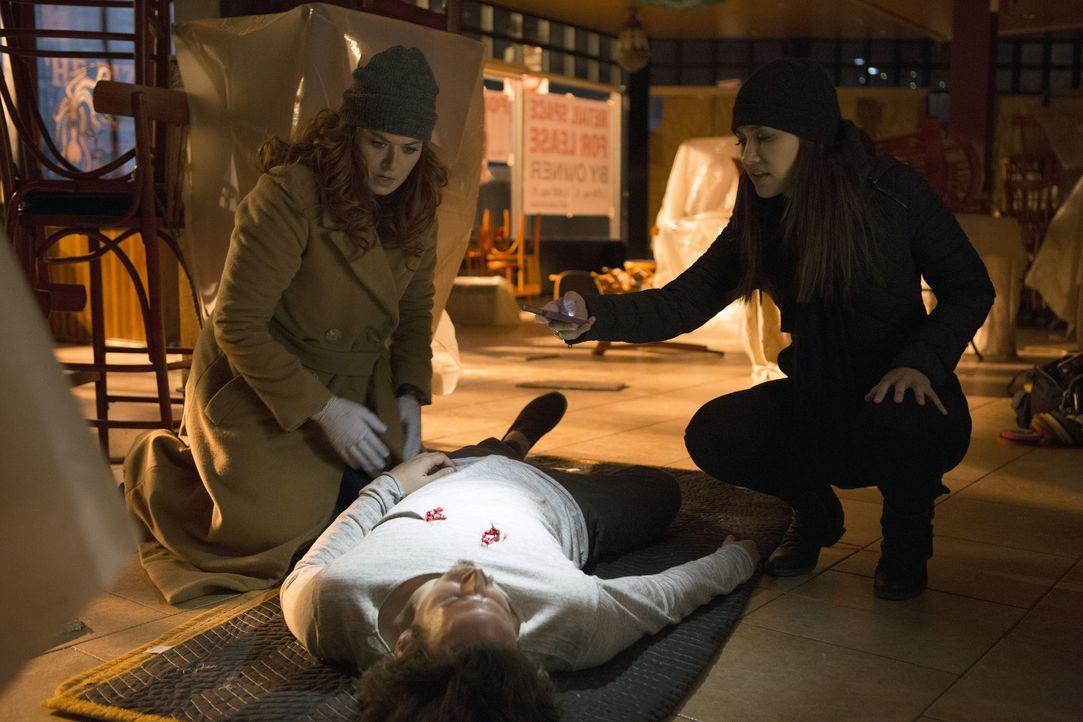 Ermitteln in einem Mordfall, bei dem Lauras Halbschwester Lucy sich als Verdächtige herausstellt: Meredith (Janina Gavankar, r.) und Laura (Debra Me... - Bildquelle: 2016 Warner Bros. Entertainment, Inc.