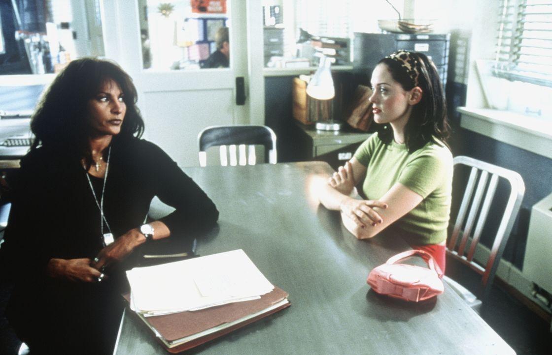 Der raffinierten Courtney (Rose McGowan, r.) ist die Detektivin Vera Cruz (Pam Grier, l.) scheinbar nicht gewachsen ... - Bildquelle: Columbia TriStar