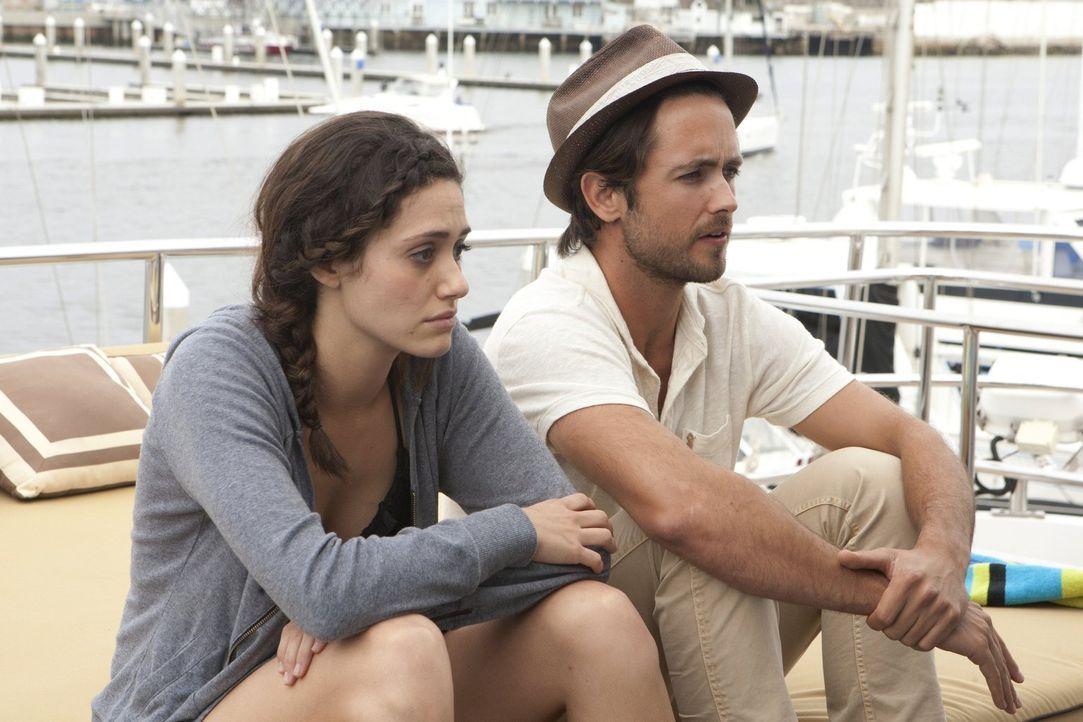 Vertragen sich Fiona (Emmy Rossum, l.) und Steve (Justin Chatwin, r.) auf dem gemeinsamen Ausflug wieder, obwohl dessen neue Freundin dabei ist? - Bildquelle: 2010 Warner Brothers