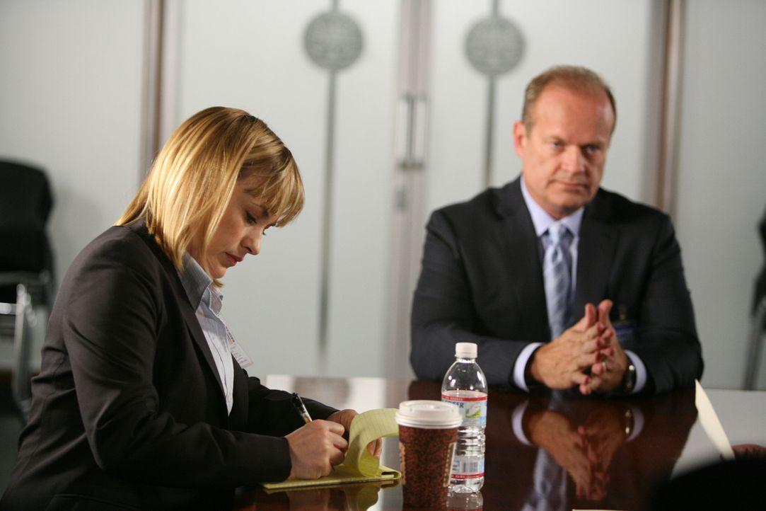 Allison Dubois (Patricia Arquette, l.) verhört den Versicherungsvertreter Bob Sherman (Kelsey Grammer, r.) ... - Bildquelle: Paramount Network Television
