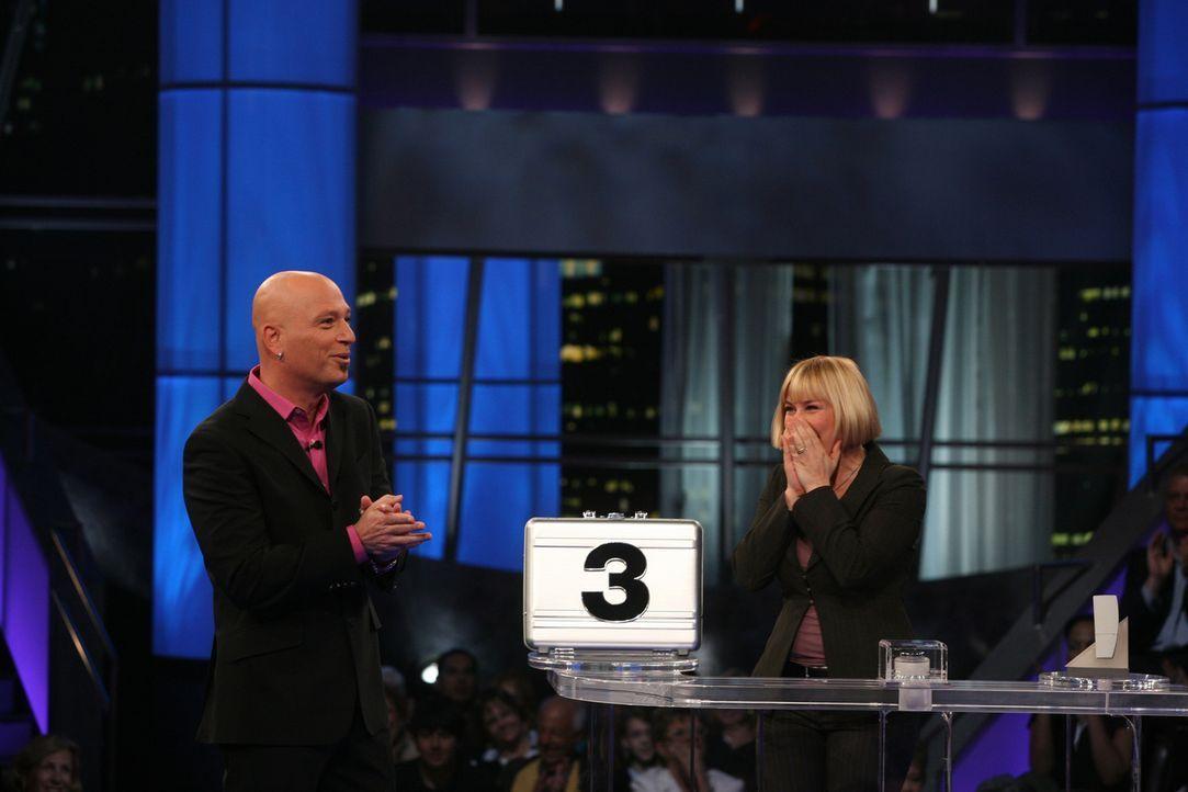 In ihren Träumen räumt Allison (Patricia Arquette, r.) als Kandidatin in Howie Mandels (Howie Mandel, l.) Spielshow, dank ihrer hellseherischen Fähi... - Bildquelle: Paramount Network Television