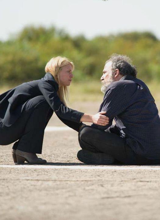Carrie (Claire Danes, l.) versucht alles, um Saul (Mandy Patinkin, l.) davon zu überzeugen, sich nicht gegen den Austausch zu stellen. Doch wird er... - Bildquelle: Homeland   2014 Twentieth Century Fox Film Corporation