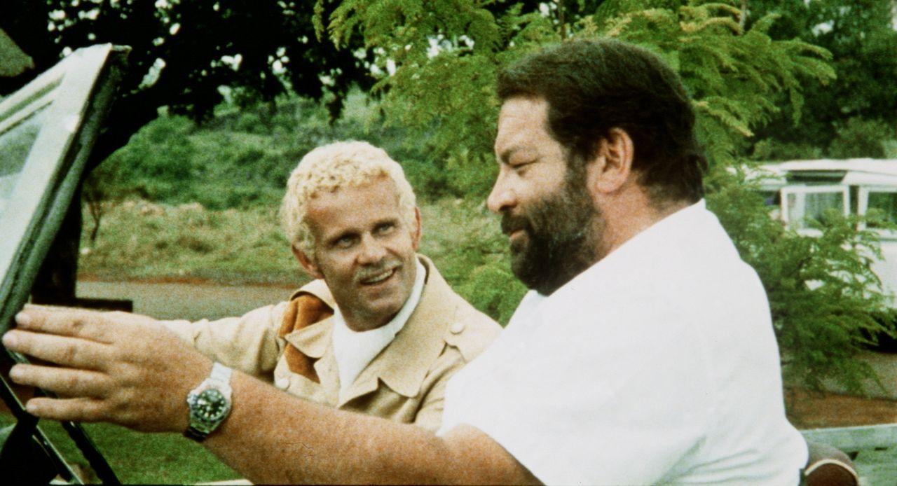 Die Recherche in einem Mordfall führt Plattfuß (Bud Spencer, r.) nach Südafrika, wo er sich in die Diamantenschmugglerbande von Spiros (Werner Po...