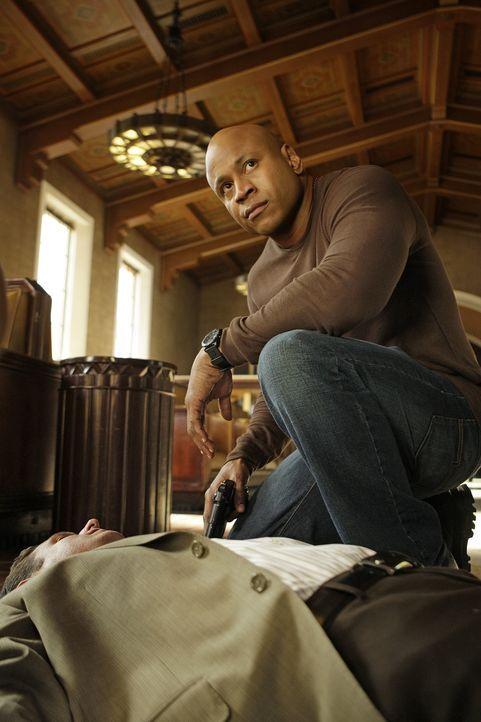 Ein vor kurzem aus dem Gefängnis entlassener PO wird ermordet aufgefunden. Noch kurz vor seinem Tod hat er versucht, mit Callens Undercover-Identitä... - Bildquelle: CBS Studios Inc. All Rights Reserved.