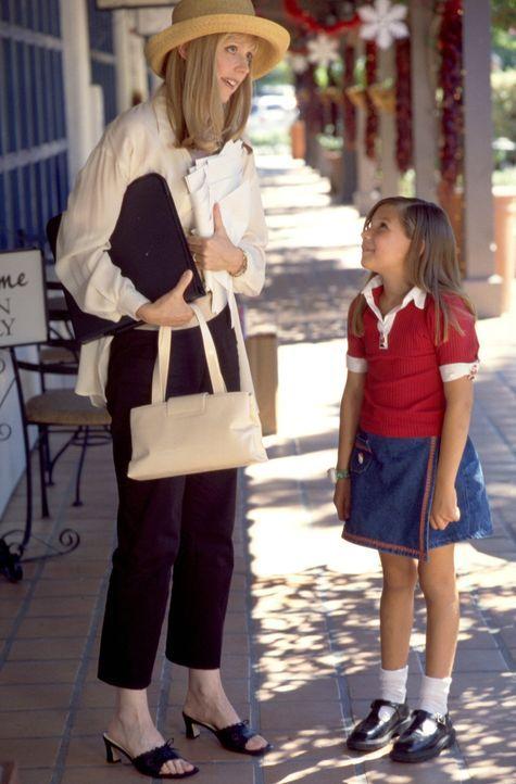 Immer wieder versucht Judy (Sierra Abel, r.) ihre Mutter Molly (Shelley Long, l.) von der Existenz des Weihnachtsmannes zu überzeugen ... - Bildquelle: Tag Entertainment