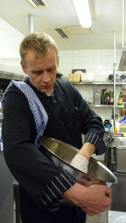 """Dirk Ansmann (42) leitet mit Ex-Frau Andrea das Restaurant """"Osseria"""" in Berlin Weißensee. - Bildquelle: kabel eins/ Imago TV"""
