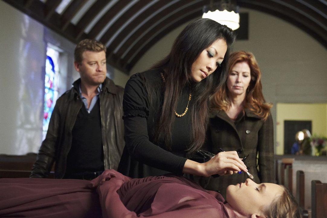 Bei den Ermittlungen in ihrem neuen Fall, schrecken Megan (Dana Delany, r.) und Peter (Nicholas Bishop, l.) nicht davor zurück, die Bestatterin (Dev... - Bildquelle: ABC Studios