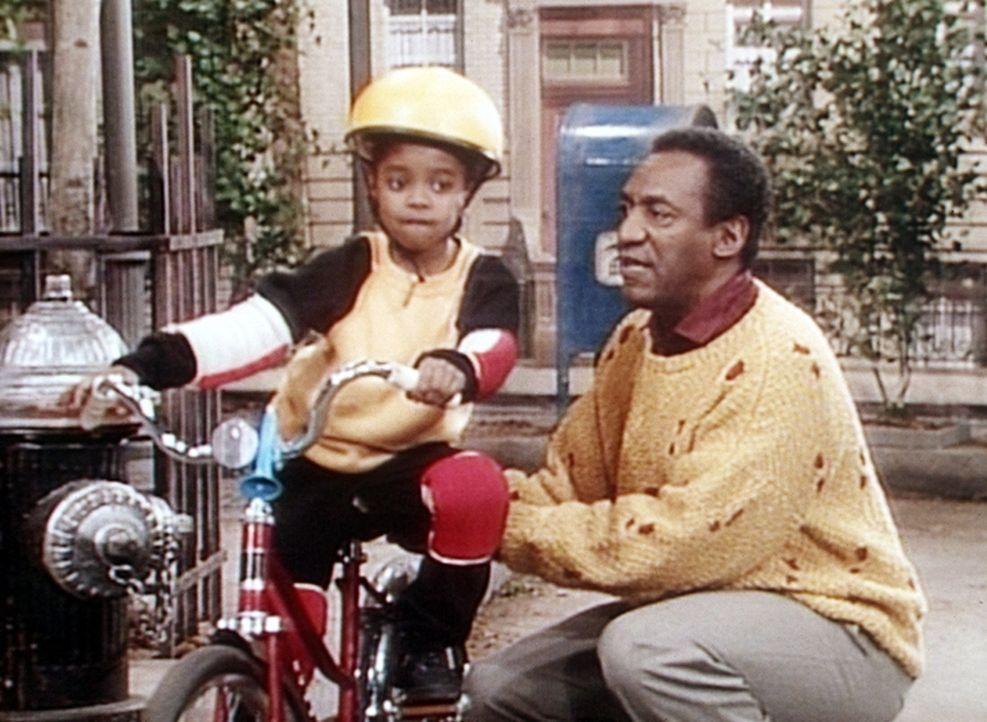 Rudy (Keshia Knight Pulliam, l.) soll Radfahren lernen, doch sie ist nicht begeistert von der Methode, die Cliff (Bill Cosby, r.) dabei anwendet. - Bildquelle: Viacom