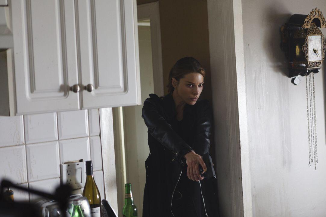 Während sich Maze und Amenadiel zusammenschließen, muss sich Chloe (Lauren German) mit Lucifers plötzlicher Sehnsucht nach Gefahr auseinandersetzen... - Bildquelle: 2016 Warner Brothers