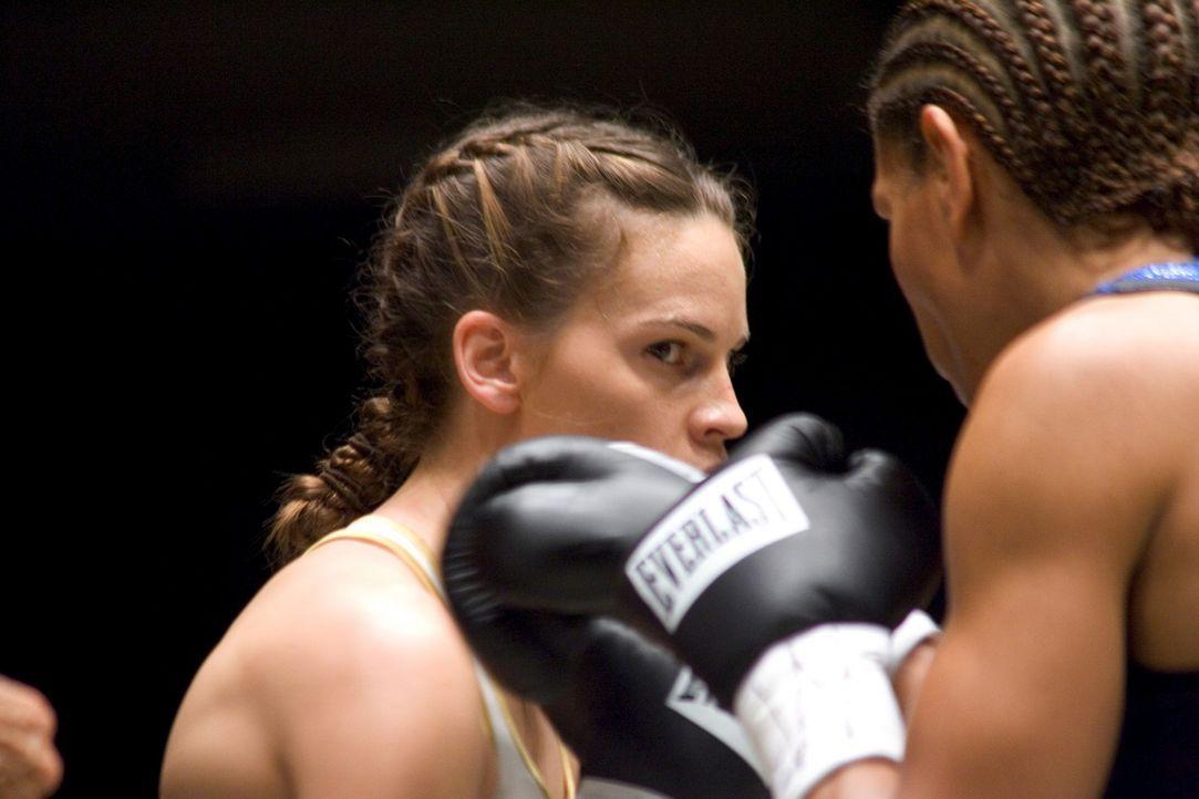 Bereits nach kurzer Zeit haut Maggie (Hilary Swank, l.) ihre Gegnerinnen in Serie aus dem Ring. Doch das Wettkampfglück dauert nicht ewig. Bald kä... - Bildquelle: Epsilon Motion Pictures