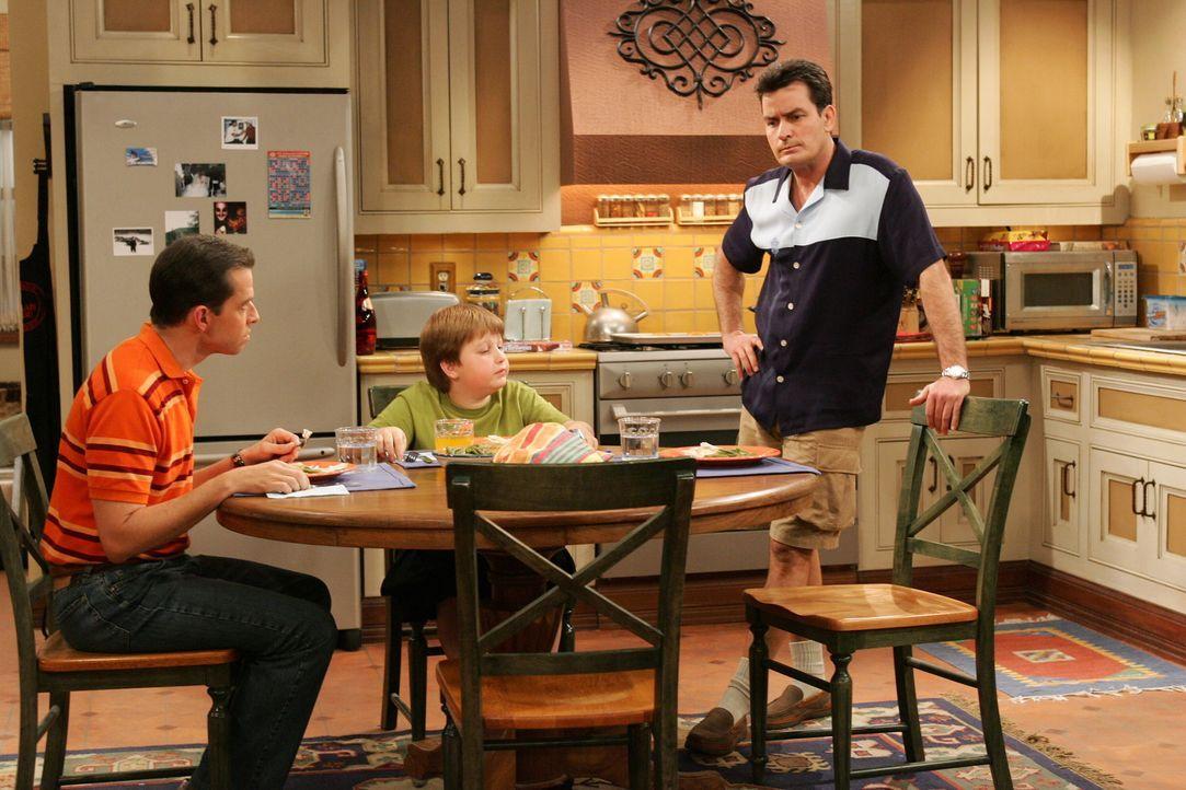 Krisengespräch: Alan (Jon Cryer, l.), Jake (Angus T. Jones, M.) und Charlie (Charlie Sheen, r.) ... - Bildquelle: Warner Brothers Entertainment Inc.