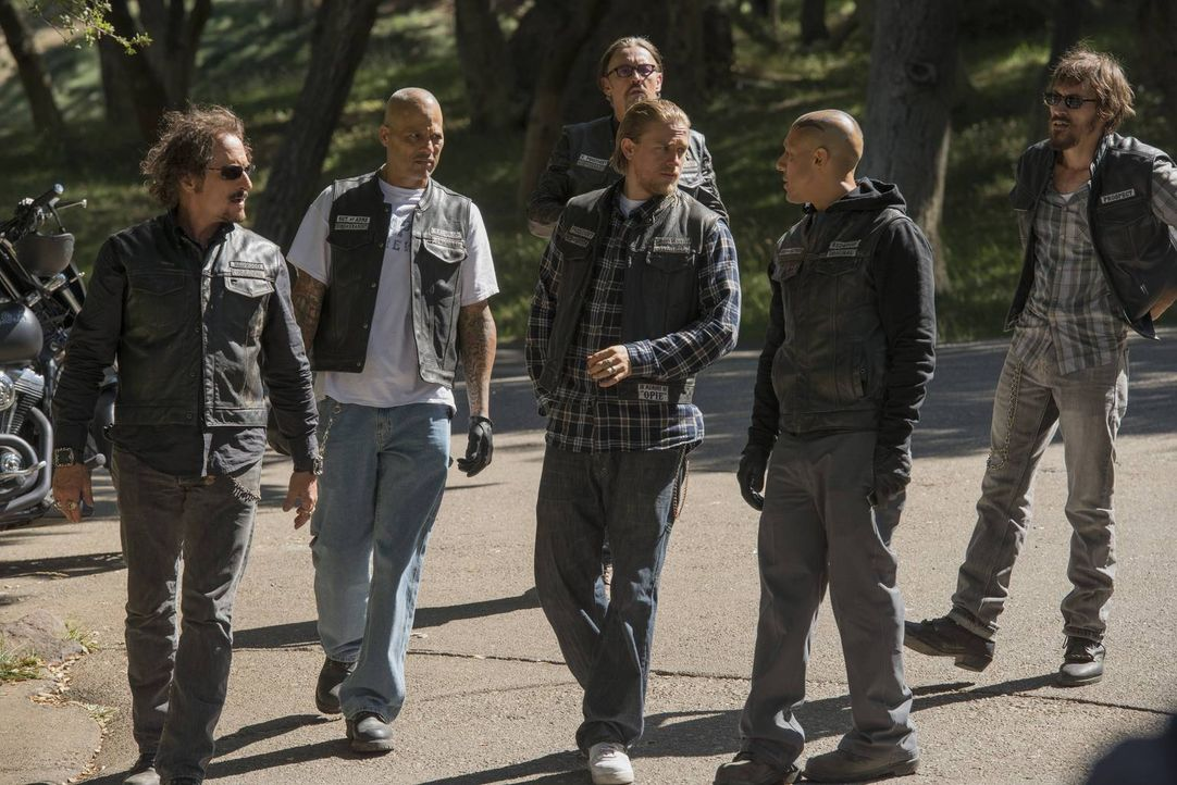 Bekommen es mit korrupten Cops zu tun: (v.l.n.r.) Tig (Kim Coates), Happy (David Labrava), Chibs (Tommy Flanagan), Jax (Charlie Hunnam), Juice (Theo... - Bildquelle: 2013 Twentieth Century Fox Film Corporation and Bluebush Productions, LLC. All rights reserved.