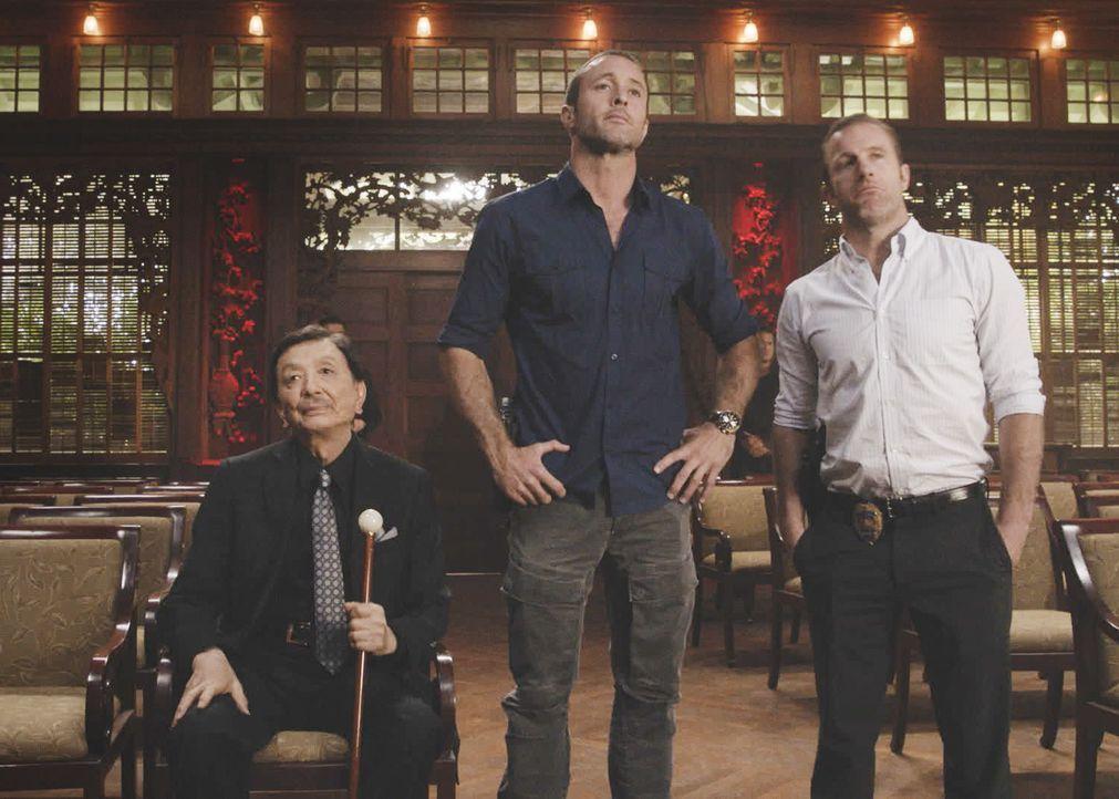 Ein Chef der Triaden, Jin Leung (James Hong, l.), unterstützt Steve McGarrett (Alex O'Loughlin, M.) und Danny Williams (Scott Caan, r.). Doch können... - Bildquelle: 2018 CBS Broadcasting, Inc. All Rights Reserved