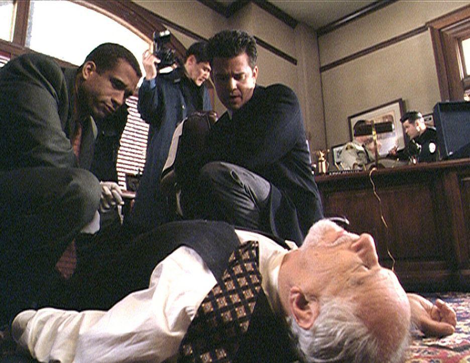 Morris (Dorian Gregory, l.) und Trudeau (T. W. King, r.) sind entsetzt über die Brutalität, mit der Richter Renault (Jack Donner, vorne) hingerich... - Bildquelle: Paramount Pictures