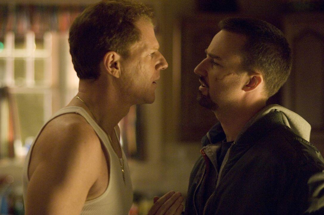 Als Ray Tierney (Edward Norton, r.) Francis (Noah Emmerich, l.) mit dem Namen eines Tatverdächtigen konfrontiert, belügt ihn sein Bruder zunächst he... - Bildquelle: 2008   Warner Brothers