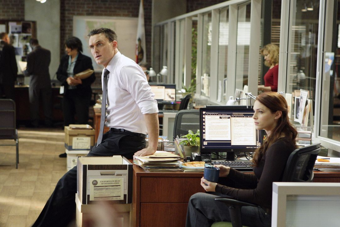 Ein neuer Fall bereitet Wayne (Owain Yeoman, l.) und Grace (Amanda Righetti, r.) Kopfzerbrechen, denn Wayne steht unter Hypnose, und niemand weiß, w... - Bildquelle: Warner Bros. Television