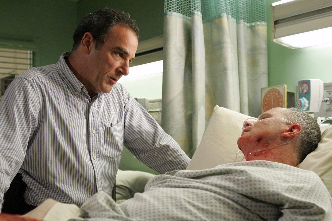 Gil Clurman (Tom Virtue, r.), das einzige Überlebende Opfer des Bombenattentats, wird von Special Agent Jason Gideon (Mandy Patinkin, l.) unter die... - Bildquelle: Touchstone Television