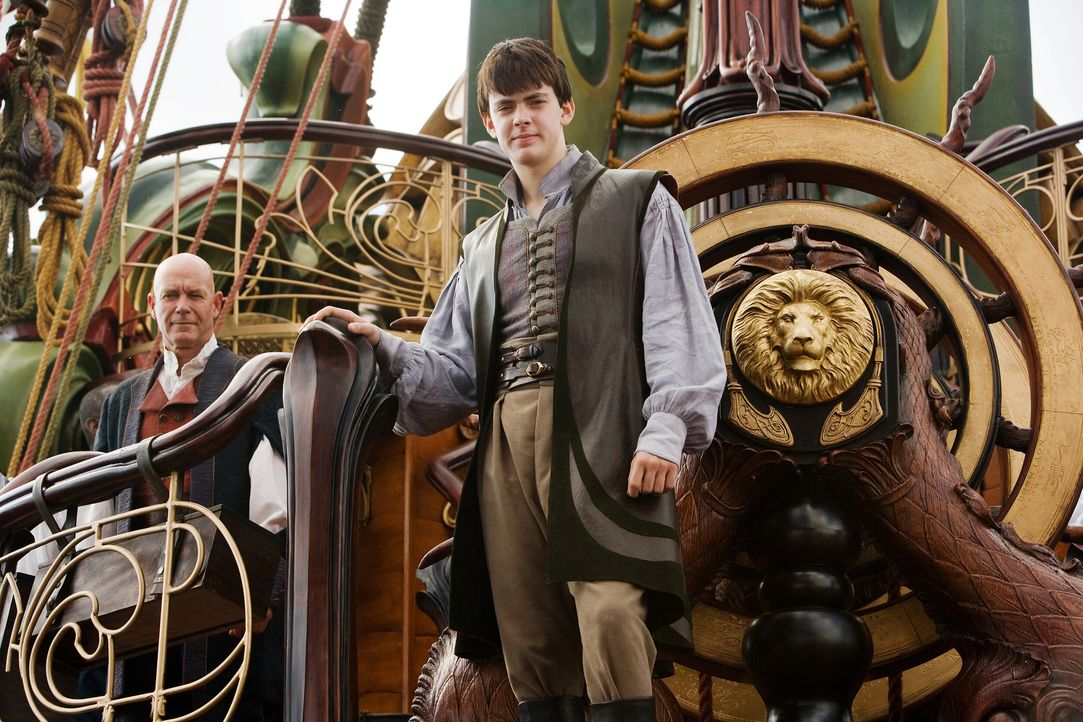 Eben noch hat Edmund (Skandar Keynes, r.) ein Bild im Zimmer seines unangenehmen Cousins betrachtet, da wird er auch schon von diesem Gemälde versch... - Bildquelle: Phil Bray 2009 Twentieth Century Fox Film Corporation and Walden Media LLC. All rights reserved. / Phil Bray