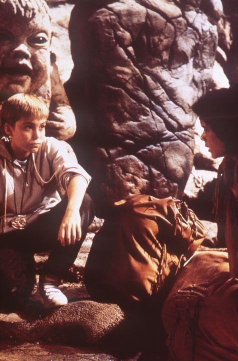 Felsbeißer jr. (Colin Gilder, hinten l.) muss hungern, seit dem die böse Hexe Xayide ihr Unwesen treibt. Atreju (Kenny Morrison, r.) und Bastian (... - Bildquelle: Warner Bros.