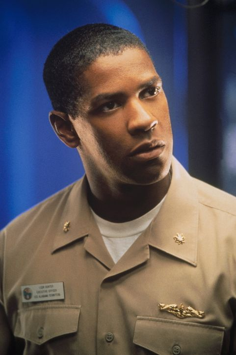 Captain Ramseys 1. Offizier Hunter (Denzel Washington) allerdings hegt Zweifel an der Interpretation der Nachricht. Er will auf eine vollständige  - Bildquelle: Buena Vista Pictures