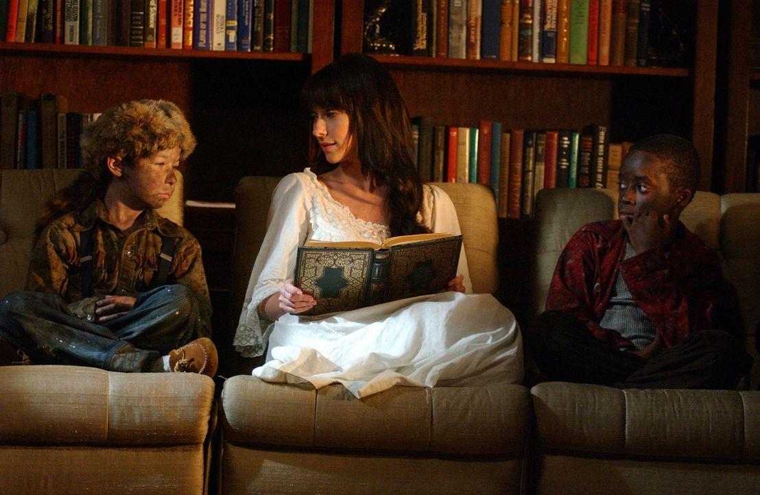 Melinda (Jennifer Love Hewitt, M.) liest Marty (Terrence Hardy Jr., l.) und Vic (Max Jansen, r.), die in den 50ern bei einem Brand ums Leben kamen,... - Bildquelle: ABC Studios