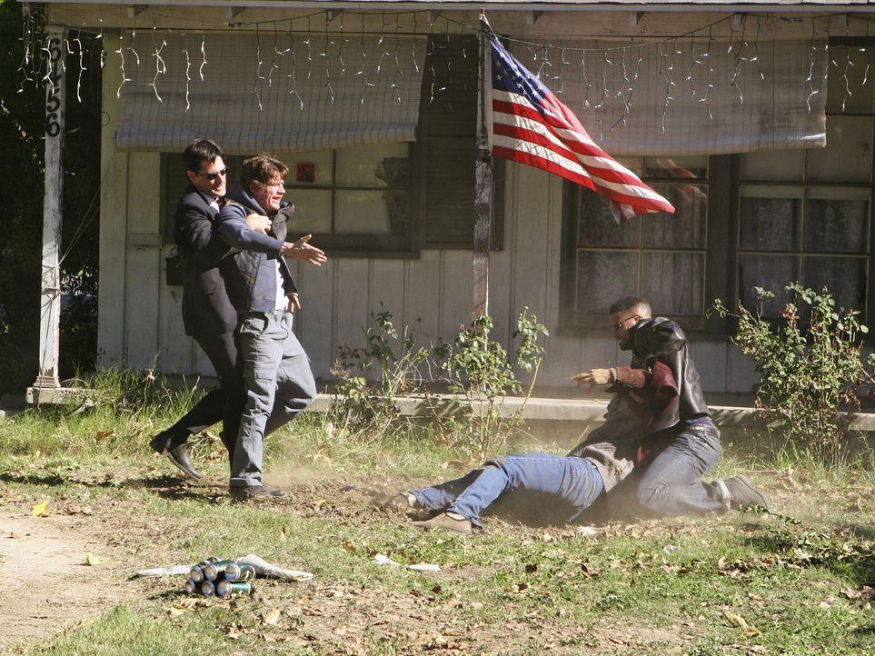 William Copeland (Dwier Brown, 2.v.r.) glaubt, dass Martin Jones (Kevin Breznahan, 2.v.l.) seine Tochter entführt hat und geht deshalb auf ihn los.... - Bildquelle: Touchstone Television
